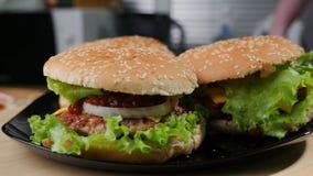 Hemlagad stor hamburgare arkivfoto