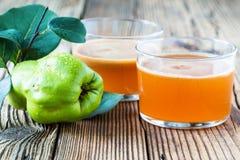 Hemlagad strikt vegetarianfruktfruktsaft med den söta kvitten arkivbild