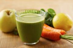 Hemlagad strikt vegetariangräsplanfruktsaft Arkivfoton