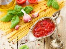 Hemlagad tomatsås för pasta och kött från nya tomater med vitlök, basilika och kryddor Royaltyfri Foto