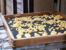 Hemlagad traditionell pasta på ett träbräde royaltyfri fotografi