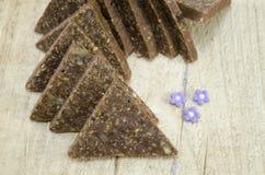 Hemlagad triangel formade chokladsötsaker Arkivbild
