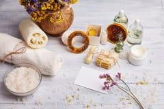 Hemlagad tvål, torra lavendelblommor och nödvändig olja arkivbilder