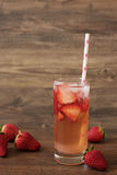 Hemlagad uppfriskande jordgubbelemonad, nya jordgubbar, wood bakgrund royaltyfri foto