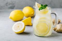 Hemlagad uppfriskande sommarlemonaddrink med den citronskivor, ingefäran och is arkivfoto