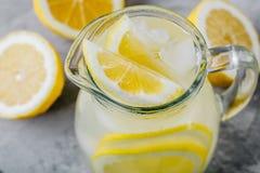 Hemlagad uppfriskande sommarlemonaddrink med den citronskivor, ingefäran och is arkivbilder
