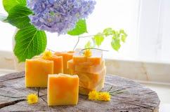 Hemlagad växt- tvål för apelsin och för maskros Arkivfoton