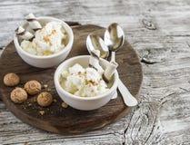 Hemlagad vaniljglass med kakor på lantlig ljus wood bakgrund Royaltyfri Bild