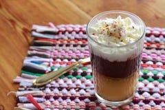 Hemlagad vaniljsås med kräm och choklad Arkivbilder