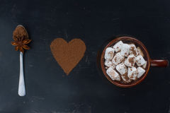 Hemlagad varm choklad med marshmallowen, kanel och kryddor på mörk bakgrund, selektiv fokus Drink för jul eller för nytt år Royaltyfria Foton