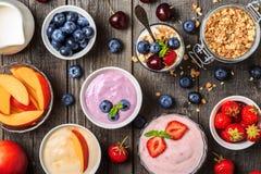 Hemlagad yoghurt med den nya jordgubben, blåbär, persika royaltyfri foto