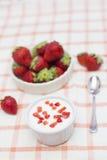 Hemlagad yoghurt med jordgubbar Arkivfoton