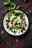 Hemlagade Autumn Apple Cranberry Salad med valnöten, fetaost och grönsaker arkivbild