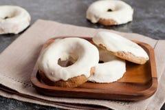 Hemlagade bakade donuts fotografering för bildbyråer