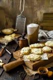 Hemlagade bakade skivor av potatisar fotografering för bildbyråer
