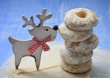 Hemlagade bakelser med kryddor i sockerglasyr och handgjorda hjortar arkivbild