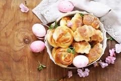 Hemlagade bakelser, muffin, söta bullar för påsk Royaltyfri Fotografi