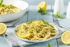 Hemlagade Basil Lemon Spaghetti Royaltyfri Fotografi