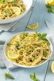 Hemlagade Basil Lemon Spaghetti Arkivbild