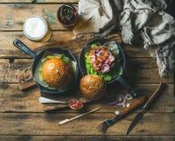 Hemlagade beed durgers med frasigt bacon- och veteöl Royaltyfri Fotografi