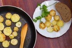 Hemlagade bröade grillade zucchiniskivor i stekpanna Top beskådar Arkivfoto