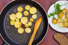 Hemlagade bröade grillade zucchiniskivor i stekpanna Top beskådar Royaltyfri Fotografi