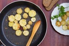 Hemlagade bröade grillade zucchiniskivor i stekpanna Top beskådar Arkivfoton
