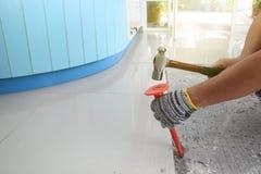Hemlagade bytande ut golvtegelplattor i hem fotografering för bildbyråer