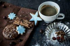 Hemlagade choklade kakor för jul, kopp kaffe. Royaltyfri Foto