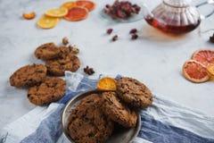 Hemlagade choklade kakor, kokkärl med svart te och rosor, garnering för tebjudning Royaltyfri Fotografi