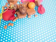 Hemlagade choklader på blå bakgrund Royaltyfria Bilder