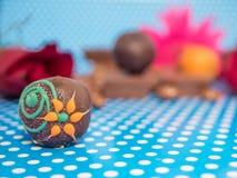 Hemlagade choklader på blå bakgrund Royaltyfri Bild