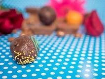 Hemlagade choklader på blå bakgrund Royaltyfri Foto
