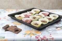 Hemlagade chokladkakor på en bakplåt Royaltyfria Bilder