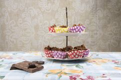 Hemlagade chokladkakor på en kakaställning Arkivfoto