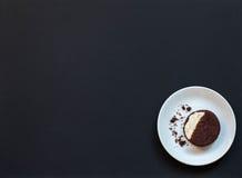 hemlagade chokladkakor på en svart bakgrund med kaffe Fotografering för Bildbyråer