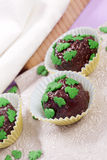 Hemlagade chokladpralines arkivfoton
