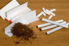 Hemlagade cigaretter, filter och tobakpapper Royaltyfri Fotografi