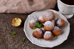 Hemlagade donuts med pudrat socker för frukost arkivbild