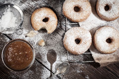 Hemlagade donuts på trätabellen Fotografering för Bildbyråer