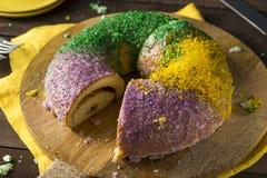 Hemlagade färgrika Mardi Gras King Cake Arkivfoto