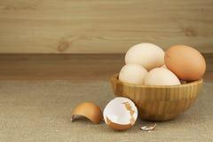 Hemlagade fega ägg Traditionell mat med protein Ägg på tabellen, matförberedelse Arkivbild
