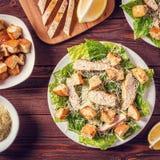 Hemlagade fega Caesar Salad med ost och krutonger Fotografering för Bildbyråer