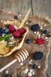 Hemlagade frukter och sädesslag för antioxidantsmoothiesommar Arkivbilder