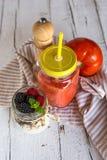 Hemlagade frukter och sädesslag för antioxidantsmoothiesommar Arkivfoton