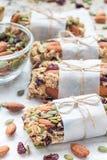 Hemlagade granolaenergistänger med fikonträd, havremjölet, mandeln, den torra tranbäret och pumpafrö, lodlinje Royaltyfri Foto