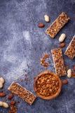 Hemlagade granolastänger med muttrar Royaltyfri Fotografi