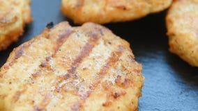 Hemlagade grillade små pastejer för hamburgare lager videofilmer
