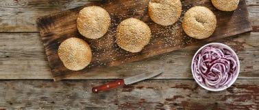Hemlagade hemlagade hamburgare Bästa sikt, closeup Lantlig stil Fotografering för Bildbyråer