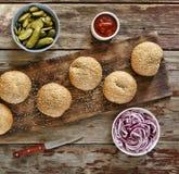 Hemlagade hemlagade hamburgare Bästa sikt, closeup Lantlig stil Arkivbilder
